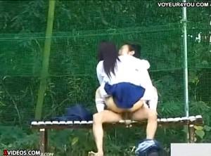 【 盗撮動画 】公園ベンチでパコパコしてる高校生カップルを盗撮wwwww※動画あり!!!