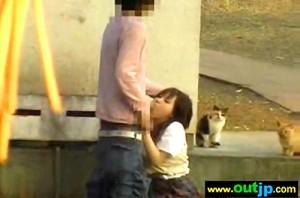 【 盗撮動画 】学校サボッて彼氏と青姦SEXするJKを盗撮したったwww※野良猫注意!!!