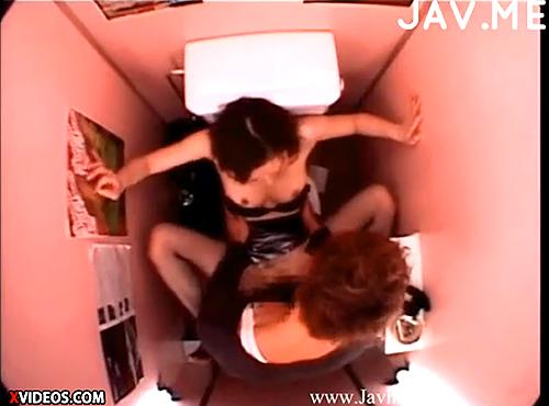 【 盗撮動画 】個室トイレで発情した素人カップルのリアルSEXを天井から一部始終ガチ盗撮!!!