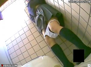 【 盗撮動画 】ゆとりJKの公衆トイレで寄り道オナニーを盗撮した激ヤバ映像!!!※変態注意