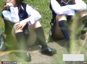 【 盗撮動画 】丸見えですよwww野外で座る無防備なJKのパンチラ完全盗撮!!!