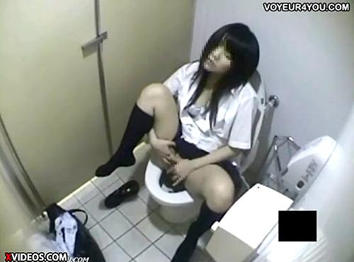 【 盗撮動画 】公衆トイレで声を殺しオナニーするJKをリアル盗撮!!!指マンくちゅくちゅ…