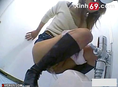 【 盗撮動画 】オシッコ中に突然カメラを見せて反応を楽しむ悪戯盗撮www※爆笑注意!!!