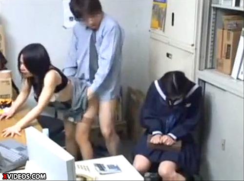 【 盗撮動画 】万引きしたJ●娘の罪を体で償う母の脅迫レイプ盗撮映像!!!※コンビニ防犯カメラ