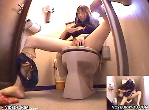 【 盗撮動画 】自宅トイレで声を殺しオナニーする女子大生の娘www※変態父の家庭内盗撮記録