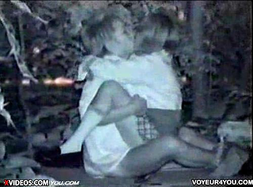 【 盗撮動画 】真っ暗な公園で野外SEXする学生カップルを赤外線盗撮した本物wwwww