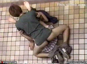 【 盗撮動画 】コイツらマジかよwww白昼堂々と青姦セックスする素人バカップルを上から盗撮!!!