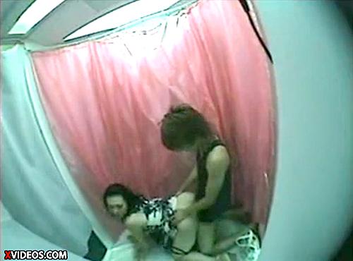 【 盗撮動画 】コレはヤバイだろwww試着室でムッチリお姉さんを襲撃レイプした問題映像!!!※閲覧注意