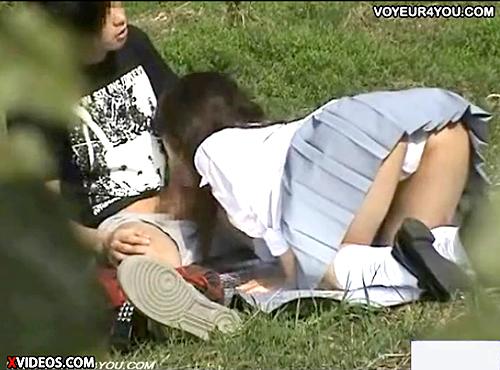 【 盗撮動画 】昼間の公園でJK彼女がパンチラしながら一生懸命フェラチオしていたwww※超接近盗撮!!!