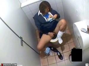 【 盗撮動画 】下校ギャルJKがイ●ンのトイレで寄り道オナニーをドア上から覗き見盗撮!!!