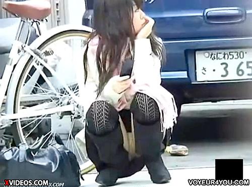 【 盗撮動画 】男の視線を釘付けwww野外で無防備にしゃがむ女性のパンチラ盗撮!!!