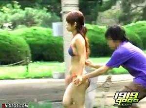 【 盗撮動画 】海水浴場で水着姿で歩く女性を狙い突撃悪戯した面白盗撮映像wwwww