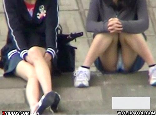 【 盗撮動画 】河川敷で座ってる無防備な女子を狙いパンチラ盗撮したリアル映像wwwww