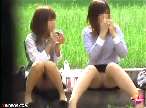 【 盗撮動画 】午後の昼下がり…公園でご飯食べるOLのパンチラ盗撮!!!※サラリーマン勃起注意
