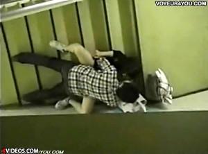【 盗撮動画 】ビルの階段で大胆SEXするバカップルを隠れながら盗撮したリアル映像!!!