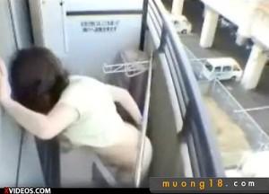 【 盗撮動画 】隣に住む女子大生がベランダで声を殺し乱れる野外オナニーしていたwwwww