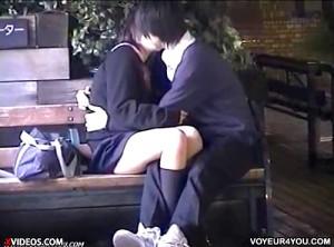 【 盗撮動画 】ベンチで学生カップルの人目気にしない大胆ベロチュ~をリアル盗撮www