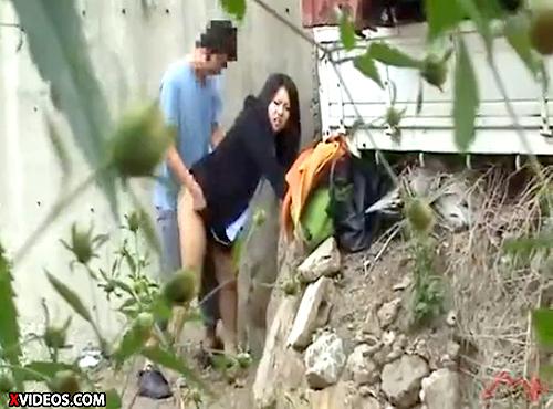 【 盗撮動画 】仕事サボッて彼氏と野外SEXするOL盗撮したったwwwww