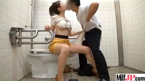 【 盗撮動画 】公園の障害者用トイレでOLとサラリーマンの我慢できない濃厚SEX盗撮!!!