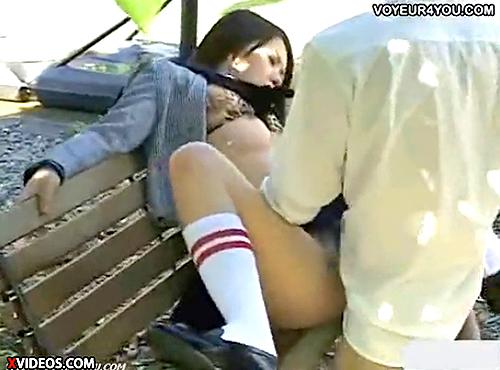 【 盗撮動画 】公園ベンチで白昼堂々と野外SEXする学生カップルを超接近して盗撮wwwww