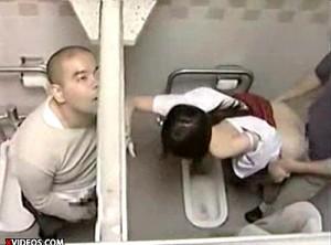 【 盗撮動画 】公衆便所で中年メガネ親父とJKのSEXを隣の個室から覗き見盗撮!!!※バレたら猛DASH