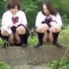 【 盗撮動画 】下校JKの友達同士で野外オシッコする痴態を完全盗撮!!!※天然シャワー映像