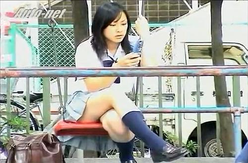 【 盗撮動画 】丸見えですよwww公園ブランコに乗る無防備なJKのパンチラ盗撮!!!