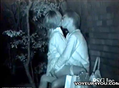【 盗撮動画 】都内の人気ない公園で深夜野外SEXする素人カップルを赤外線盗撮wwwww