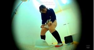 【 閲覧注意 】学校女子トイレで間に合わず漏らしてしまうメガネJKのハプニング盗撮www※閲覧注意