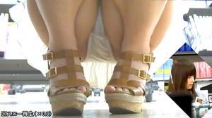 【 盗撮動画 】レンタルショップで無防備な素人娘を狙い死角からパンチラ盗撮成功wwwww