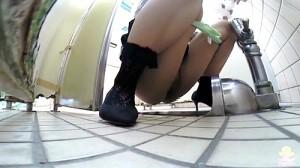 【 盗撮動画 】ドアが閉まらない公衆便所で押さえながら排泄するハプニング面白映像wwwww
