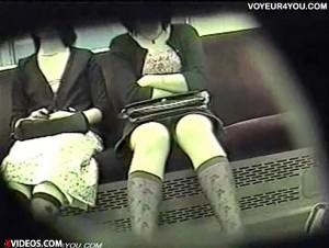 【 盗撮動画 】電車内でタイトミニスカート穿いたOLを狙い三角ゾーンパンチラ赤外線盗撮!!!