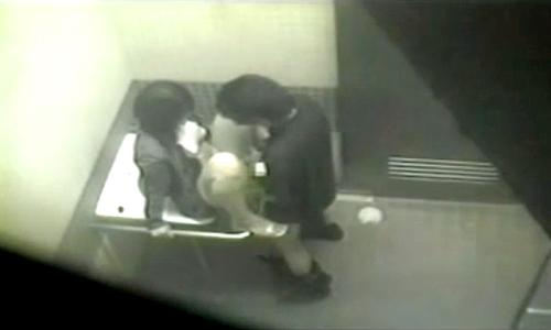【 盗撮動画 】公園の障害者用公衆トイレでイチャつく素人カップルをご覧下さい。※盗撮犯からの投稿
