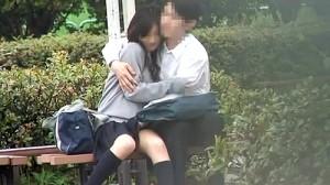 【 盗撮動画 】学校終わって公園で野外SEXする好奇心旺盛な学生カップルの痴態wwwww