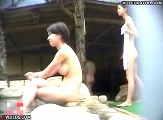 【 盗撮動画 】温泉旅館の露天風呂でくつろぐ女性達を覗き見盗撮したリアル映像wwwww