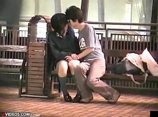 【 盗撮動画 】都内の野外ベンチでイチャつく今時JKのリアルな痴態盗撮したったwwwww