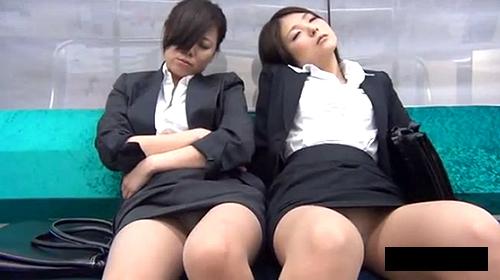 【 盗撮動画 】男の視線を釘付けwww電車内で無防備に寝てるOLの胸チラパンチラ盗撮!!!
