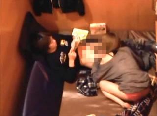 【 盗撮動画 】ネットカフェで彼女にフェラ手コキさせて漫画を読む彼氏www※防犯カメラ盗撮映像