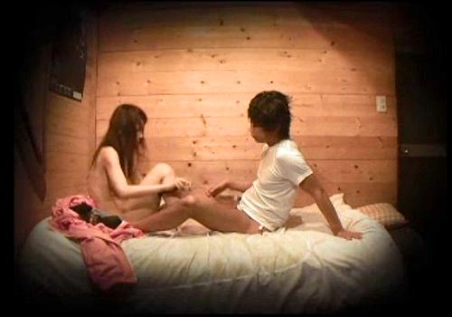 【 盗撮動画 】合宿所で学生カップルが夜中にコソコソと集合して好奇心SEXを盗撮wwwww