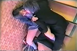 【 盗撮動画 】人気ない非常階段で学生カップルのリアルな痴態をご覧下さい。※上の階から覗き見盗撮