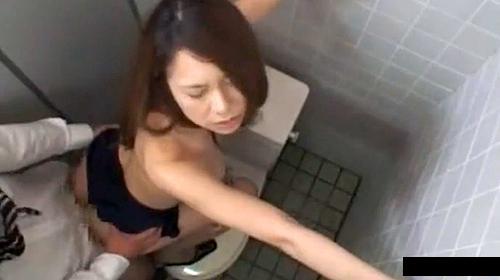 【 盗撮動画 】パワハラ上司が成績悪いOLを社内トイレに連れ込み脅迫レイプ!!!※閲覧注意