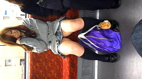【 盗撮動画 】もしも電車で目の前に座ってるJKが無防備にパンチラしていたら…※盗撮犯からの投稿