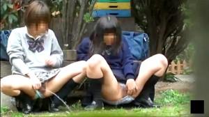 【 盗撮動画 】露出狂レベルだろwwwゆとりJKの野外で連れション盗撮したレア映像!!!
