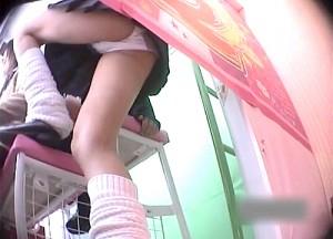 【 盗撮動画 】ゲームセンターでプリクラに夢中なミニスカJKを狙いパンチラ逆さ撮り盗撮wwwwww