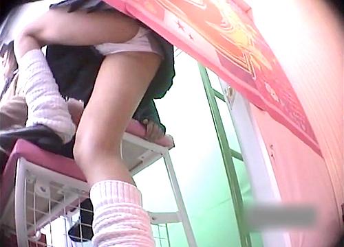 【盗撮動画】ゲームセンターでプリクラに夢中なミニスカJKを狙いパンチラ逆さ撮り盗撮wwwwww