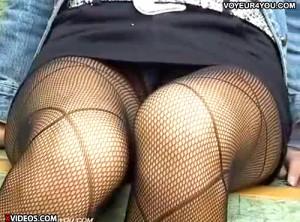 【 盗撮動画 】公園ベンチに座るタイトミニ網タイツ女性を狙い三角ゾーンパンチラ盗撮GETだぜ!!!