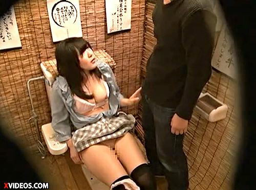 【 盗撮動画 】居酒屋トイレで酔った若い男女がSEXする痴態をリアル盗撮したったwwwww