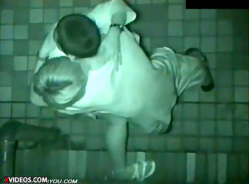 【盗撮動画】深夜の繁華街で酒に酔ったバカップルの野外SEXを上から赤外線盗撮!!!
