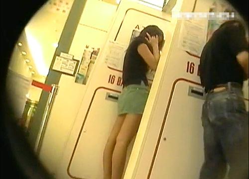 【盗撮動画】ATMで美脚ミニスカートお姉さんの背後に並んで逆さ撮りパンチラ盗撮wwwww