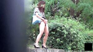 【 盗撮動画 】尿意が我慢できず野外で立ちションする素人娘の痴態盗撮!!!※ジョジョ立ち注意